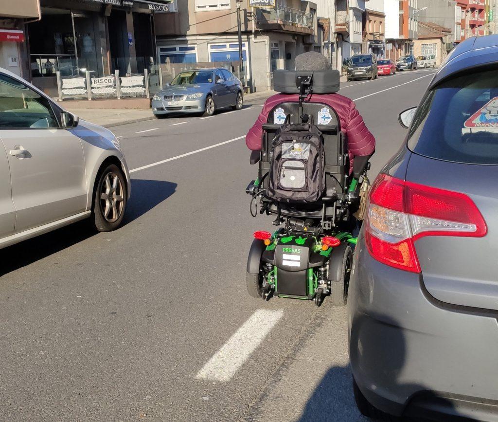 Ir por la carretera en silla de ruedas